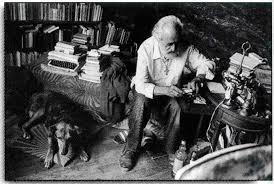 El padre Basili con su perra