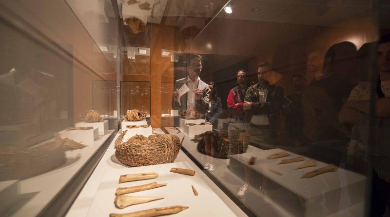 La Cueva Pintada pone en marcha 'Entre vitrinas', un nuevo programa de visitas que propone nuevos relatos sobre su colección