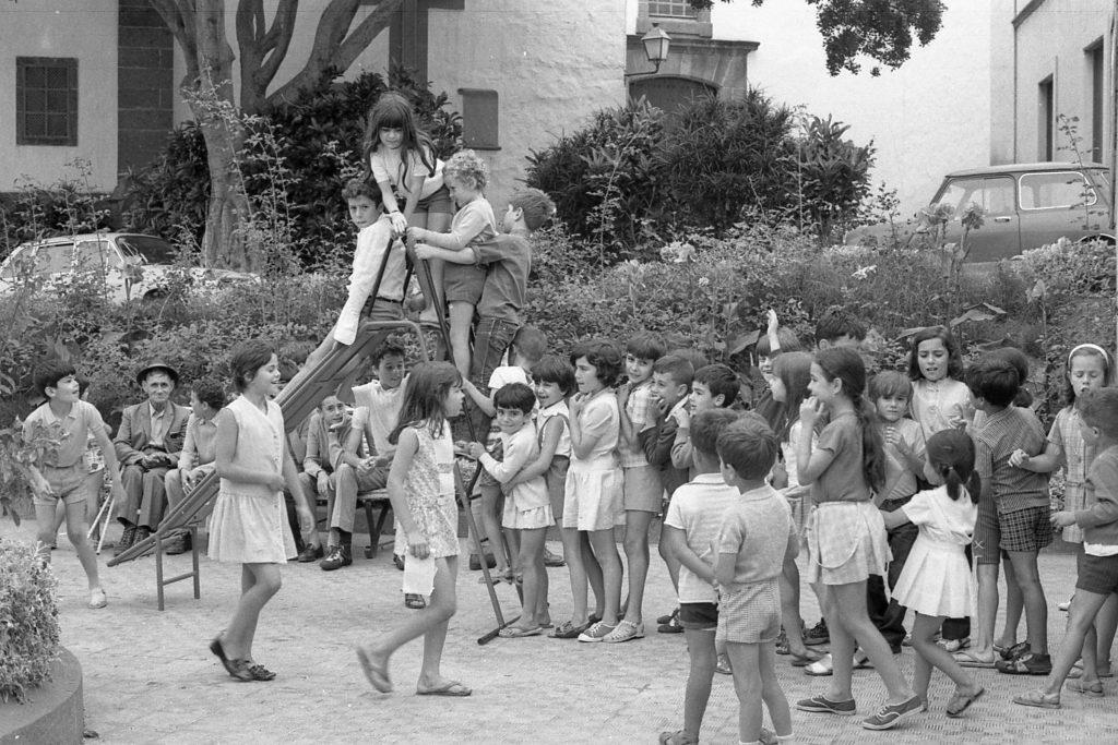 Niños y niñas guienses jugando en la Plaza Chica