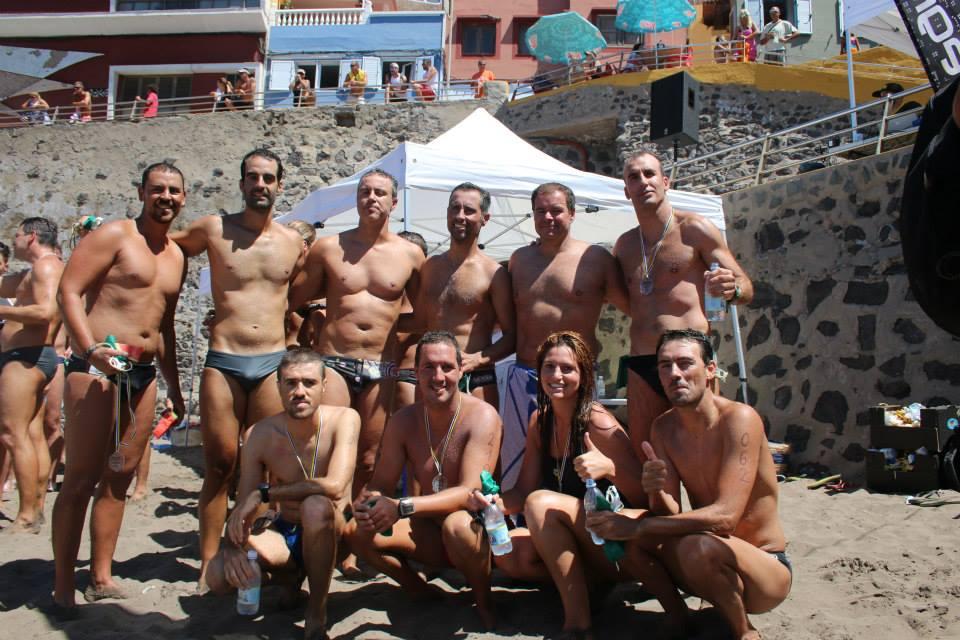 """Dani, el segundo por la izquierda del grupo que está de pie, junto a los amigos del grupo """"nadadores playa de Sardina"""".."""