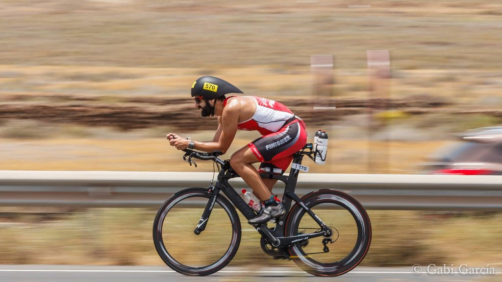 En pleno Ironman, en el segmento de la bicicleta. Foto: Gabi García